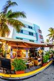 Impulsión del océano en Miami con los restaurantes delante de Art Deco Style Colony Hotel famoso Foto de archivo libre de regalías