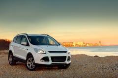 Impulsión rápida del coche blanco en la costa de piedra Foto de archivo libre de regalías