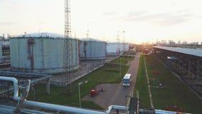 Impulsiones del autobús a lo largo del territorio de la planta más allá de depósitos de aceite metrajes