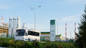 Impulsiones del autobús más allá de la estructura con TAIF Logo Oil Plant almacen de video