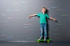 Impulsiones del skater en velocidad imagenes de archivo