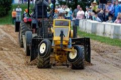 Impulsiones jovenes de un muchacho en un tirón del tractor del césped fotografía de archivo libre de regalías