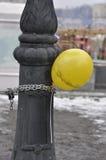 Impulso allegato con la catena del metallo alla colonna fotografie stock libere da diritti