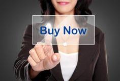 Impulso da mulher de negócio para contactar-nos botão na tela virtual fotos de stock royalty free