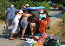 Impulso de ajuda dos povos o carro Imagem de Stock Royalty Free