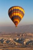 Impulso del aire caliente sobre Cappadocia imagenes de archivo