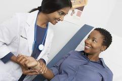 Impulso del dottore Checking Patient femminile fotografia stock libera da diritti
