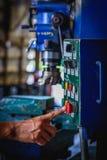 Impulso do dedo na máquina de trituração vermelha do interruptor de parada da emergência foto de stock royalty free