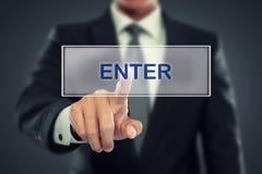 Impulso do homem de negócios para entrar no botão na tela virtual Fotos de Stock Royalty Free