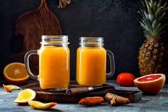 Impulso imune, anti batido inflamatório com laranja, abacaxi, cúrcuma Bebida do suco da manhã da desintoxicação fotos de stock royalty free