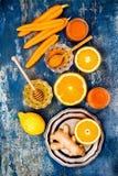 Impulso imune do gengibre da cenoura, anti batido inflamatório com cúrcuma e mel Bebida da desintoxicação fotografia de stock