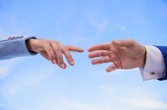 Impulso para o começo da cooperação da parceria Gesto de mão da parceria Associação ou integração da empresa fotografia de stock