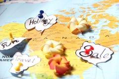 Impulso-pino em um mapa do estilo que aponta feriados Foto de Stock