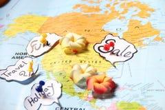 Impulso-pino em um mapa do estilo que aponta feriados Fotografia de Stock