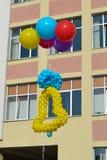 Impulsos coloridos Bell de los globos en cielo azul Fotografía de archivo