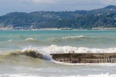 Impulsos de tempestade e quebra-mar Fotografia de Stock