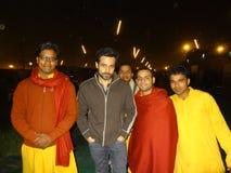 Imran Hasmi med Gurukul studenter royaltyfria foton
