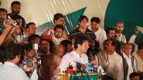 Imran Khan som tilltalar till folkmassan under ett politiskt, samlar arkivfilmer