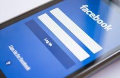 Início de uma sessão de Facebook no telefone esperto imagens de stock royalty free