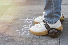 Início rápido, pés calçados nas rodas O giz do começo da palavra no th imagens de stock royalty free