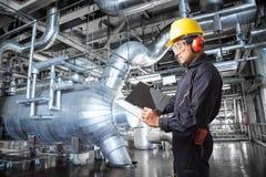 Inżynier bierze notatki przy termiczną elektrowni fabryką obrazy royalty free