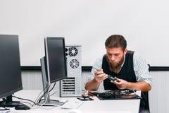 Inżynier demontuje dvd prowadnikową część jednostka centralna obraz stock
