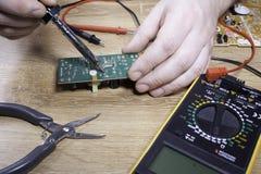 Inżynier elektronika Ręki zakończenie obrazy stock