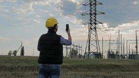 Inżynier elektryczności use telefon podczas zmierzchu zbiory