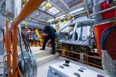 Inżynier gromadzić samochód na linii produkcyjnej Samochodowy zakład produkcyjny obraz royalty free