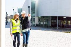 Inżynier i architekt sprawdza po raz ostatni szczegóły na budowie s Zdjęcia Royalty Free