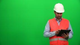 Inżynier lub architektura Robi prezentaci z pastylką na Digital ekranie Prawa strona zbiory wideo