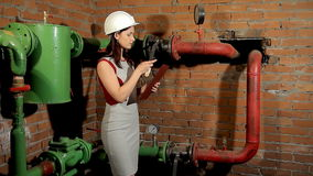 Inżynier mierzy temperaturę grzejna drymba z laserowym pirometrem Kobieta zaskakuje czytaniami zbiory wideo