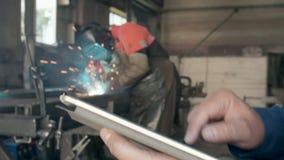 Inżynier na manufakturze z pastylką zdjęcie wideo
