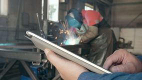 Inżynier na manufakturze z pastylką zbiory wideo