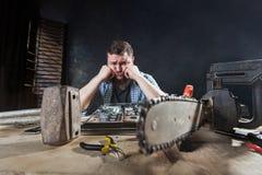 Inżynier naprawia laptop, repairman dylemata problem obraz royalty free
