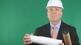 Inżynier Patrzeje Naprzód z planami w rękach obrazy royalty free