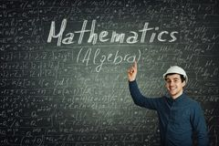 Inżynier pokazuje blackboard formuły obrazy royalty free