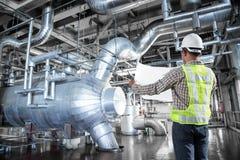 Inżynier pracuje przy termiczną elektrowni fabryką zdjęcia royalty free