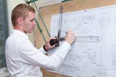 Inżynier robi projekta projektowi z rysownicą zdjęcia stock