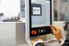 Inżynier używa przemysłowego ekranu sensorowego komputer obraz royalty free