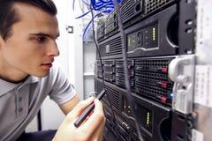 Inżynier w sieć serweru pokoju obraz stock