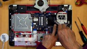 Inżynier wręcza setom heatsink płyta główna laptop zdjęcie wideo