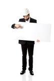 Inżynier wskazuje na pustym sztandarze w hełmie Zdjęcia Stock