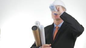 Inżynier Z planami w ręka napoju świeżej wodzie od butelki zdjęcia stock