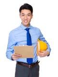 Inżynier z schowkiem i koloru żółtego hełmem Obrazy Stock