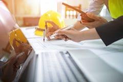 Inżyniera Asia mężczyzna i kobieta dyskutuje o budynku planie dla c fotografia stock