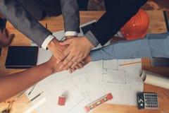 Inżyniera i architekta pojęcie, inżynierów architektów biura drużyny ręki przepięcie przy biurem z projekta tłem obrazy stock