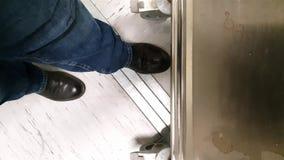 Inżyniera jeżdżenia fura nad fałszywą podłoga w sieć komputerowa serweru pokoju zdjęcie wideo
