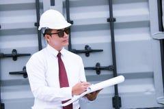 Inżyniera kierownik z zbawczym kapeluszem pracuje przy miejsce pracą Zdjęcia Stock