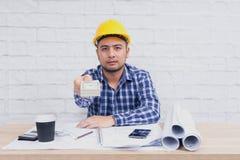 Inżyniera lub architekta obsiadanie, pracuje przy jego biurkiem w biurze obrazy royalty free